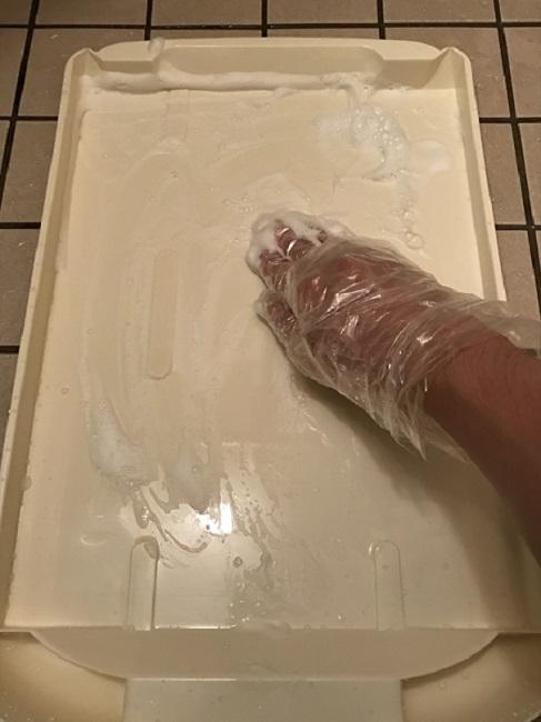 猫トイレの引き出しを洗う画像